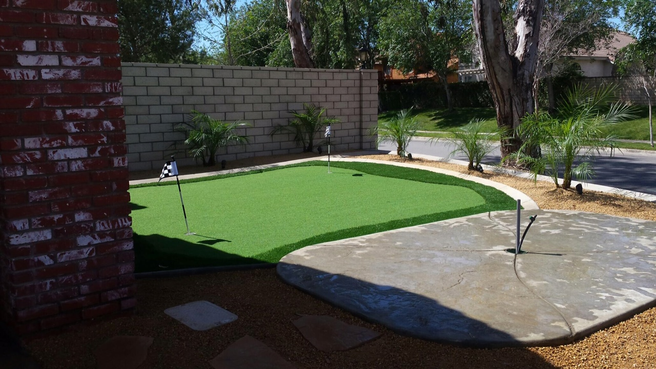 Artificial turf - putting green in the front yard